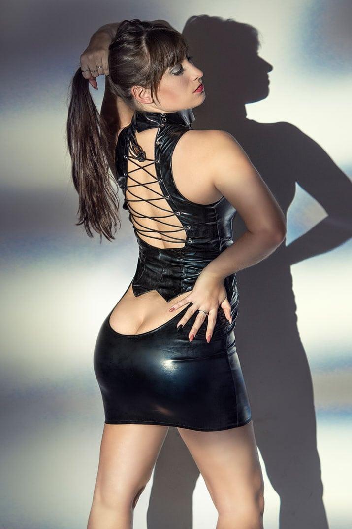 Domina mit sexy Poausschnitt