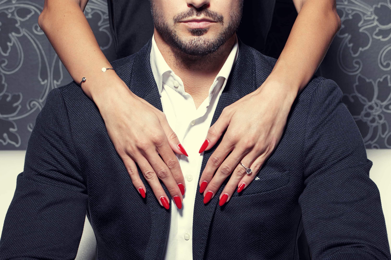 Dominante Frau mit Mann im Anzug