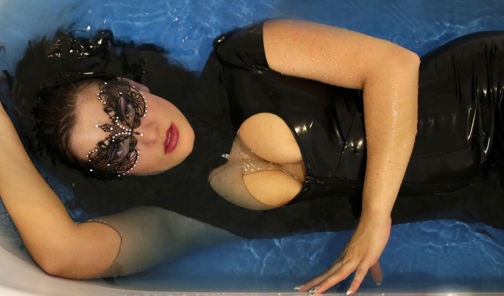 Domina mit Latexanzug in Badewanne