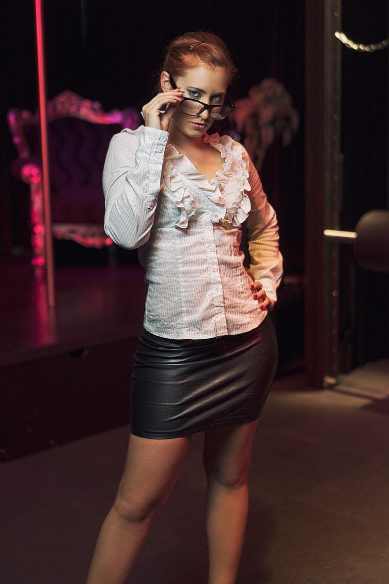 Domina als Lehrerin mit Brille und Bluse