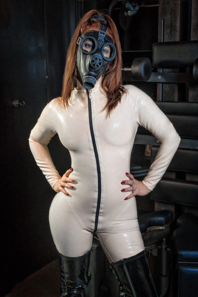 weisser Latexanzug mit Gasmaske