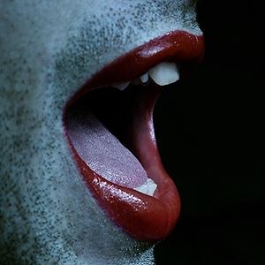 Mann trägt roten Lippenstift