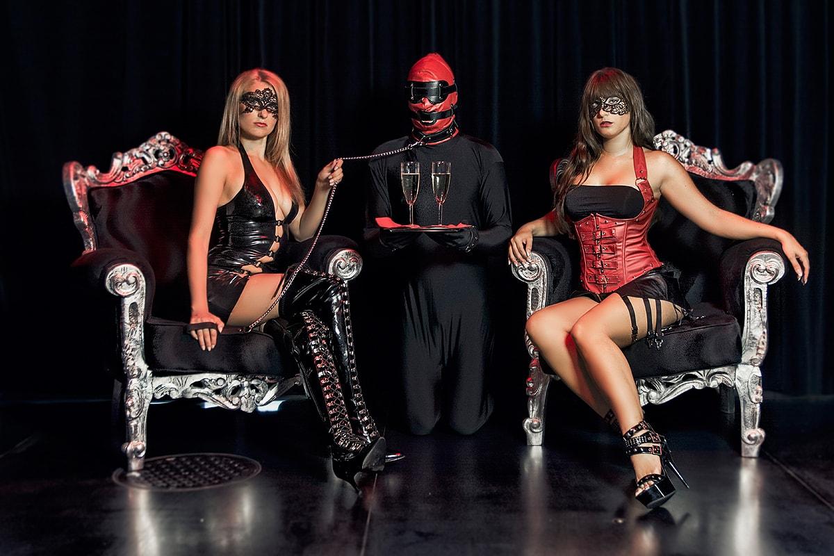 Lucine und Viviane mit Sklave